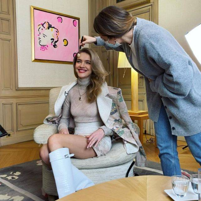 38岁LV太子妃上采访,涂口红的样子太惊艳,生了五个娃柳腰仍耀眼