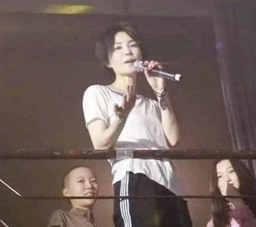 马蓉变发型!剪空气刘海穿马甲减龄10岁,看到粉丝打招呼心情大好