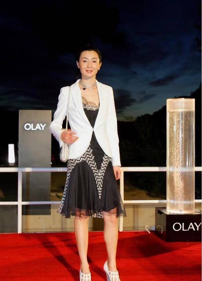 张曼玉风韵犹存,白色西装内搭黑色蕾丝裙,简单穿也优雅迷人