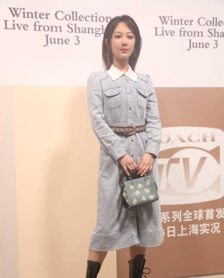 杨紫长开了五官更立体,和小女生一样穿牛仔裙,有点没明星气场