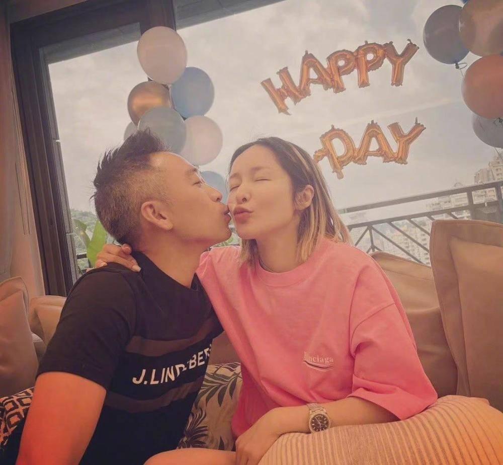 42岁的萧亚轩与16岁的男友重聚?最近生日那天她笑得很甜 摄影师是黄浩