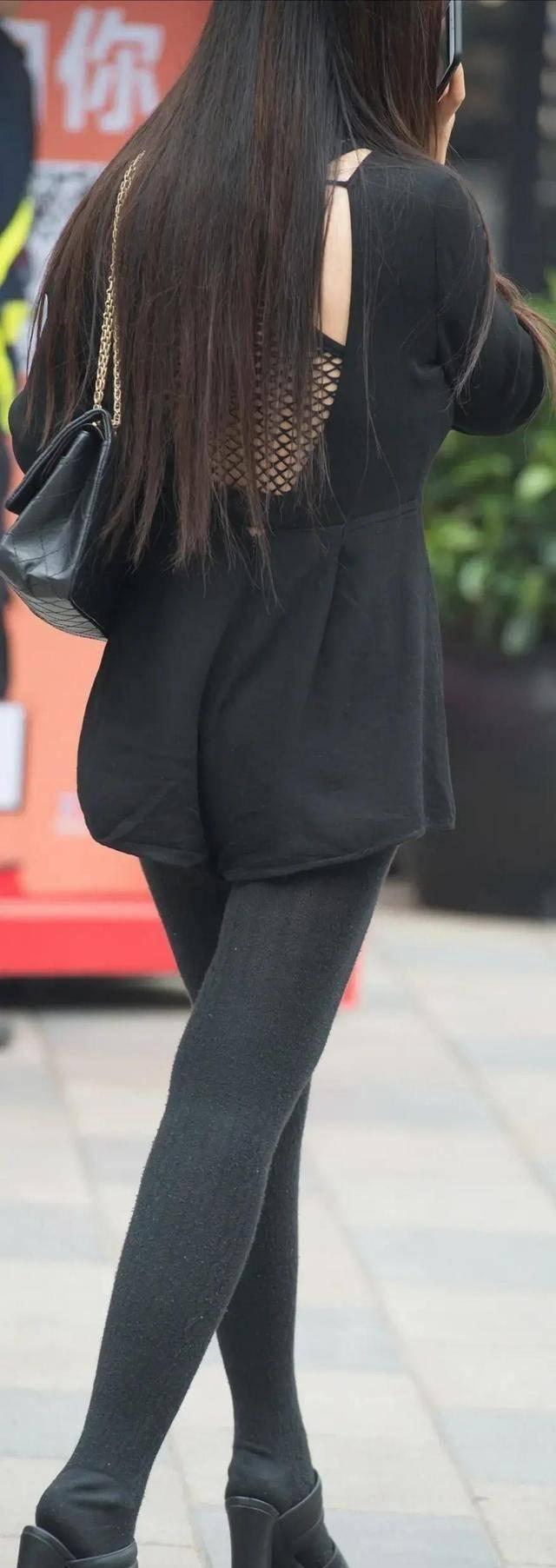 明亮耀眼的打底裤穿出优雅高级感,彰显复古的流行元素,时尚精致