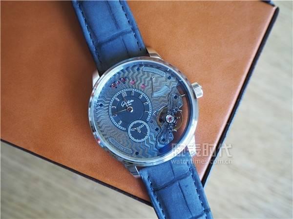美出新高度!限量25枚的格拉苏蒂原创偏心机芯倒置铂金腕表