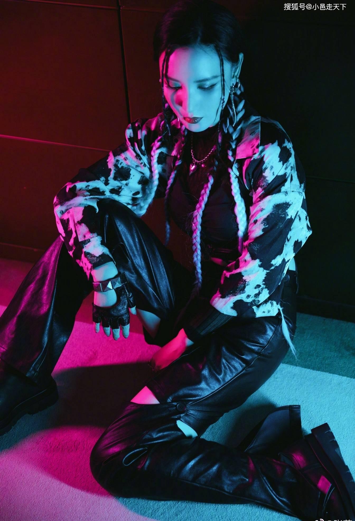 张萌黑色皮裤时尚写真