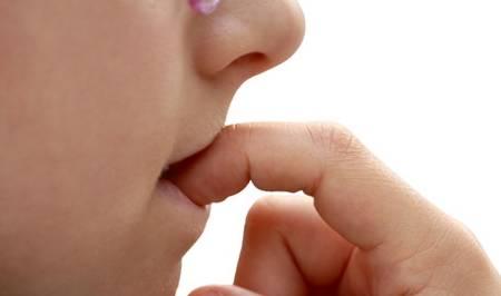 孩子喜欢咬指甲,不是缺少维生素,而是这个原因,很多家长想不到