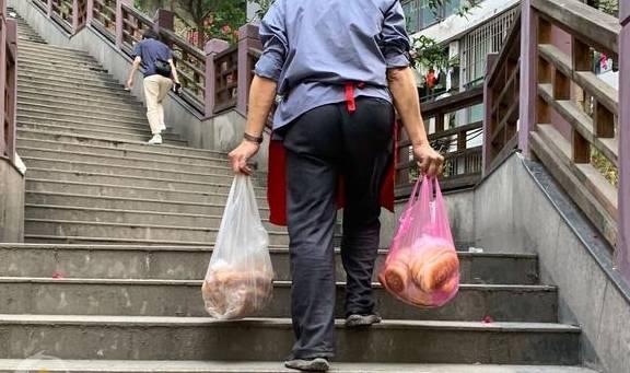 在重庆摆地摊一天能赚多少钱?袜子10元3双,利润超出想象
