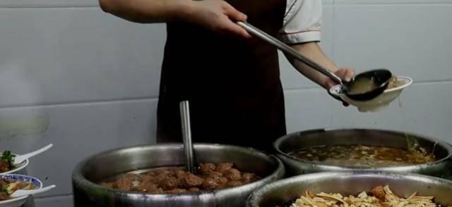 西安一家烩菜馆被说贵,一碗加牛肉35元,三大桶看