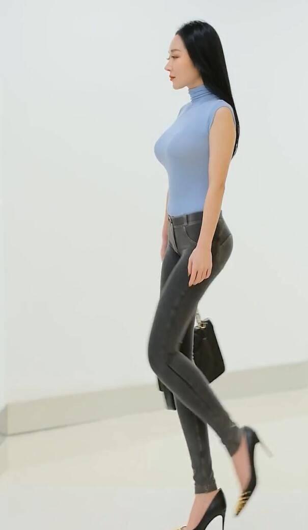 韩雪牛仔裤搭上高跟鞋,释放出大长美腿,优雅又性感!