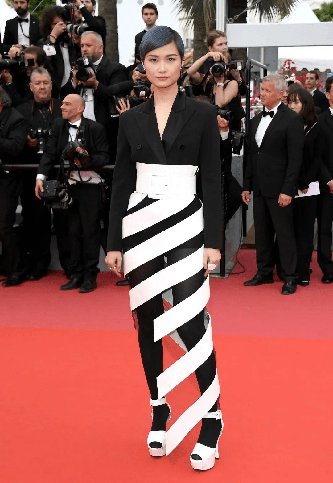 图片[25]-国内女星走欧洲三大红毯,铆足劲好精彩,有人土到国外,有人争光-妖次元