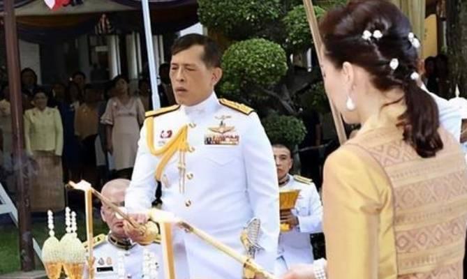 泰国帝后终于合体了!国王撇下诗妮娜回国,王后得意笑容藏不住