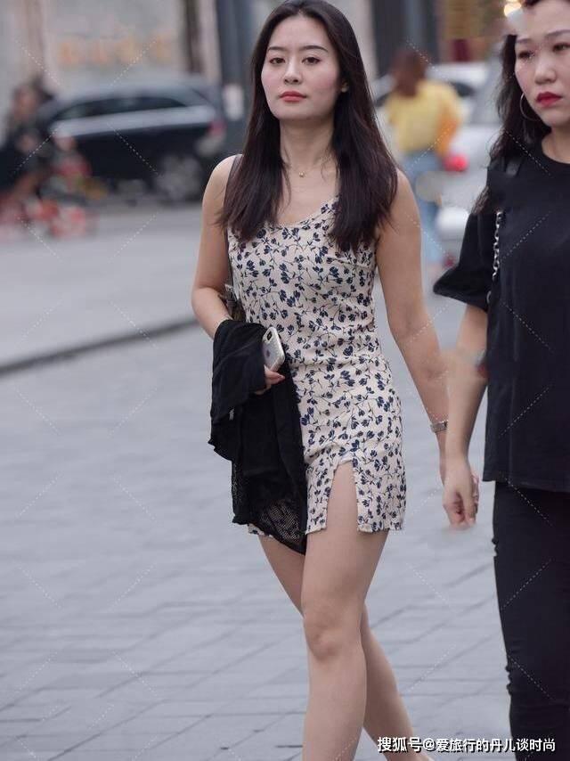 小姐姐一袭印花吊带连衣裙,裙摆开叉看似出格却美成视觉焦点