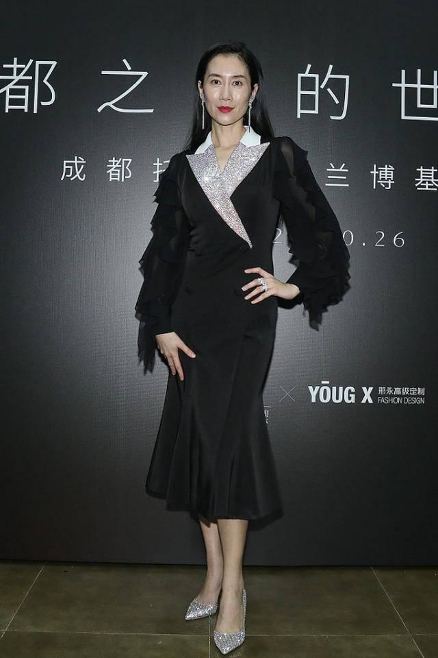 """黄磊的学生温峥嵘,穿黑纱裙脸上泛""""油光"""",妆容拉低了个人形象"""