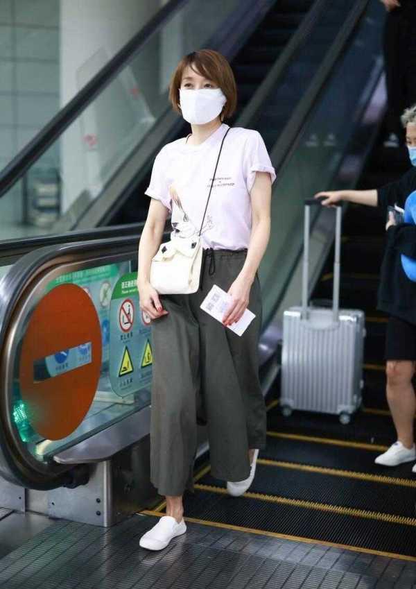 马伊琍气质真独特,T恤配阔腿裤就能穿出高级感,不愧是气质女神