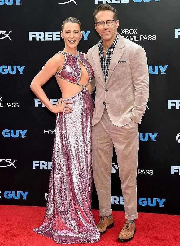 布莱克·莱弗利分享性感比基尼照片粉丝们去看丈夫瑞恩雷诺兹