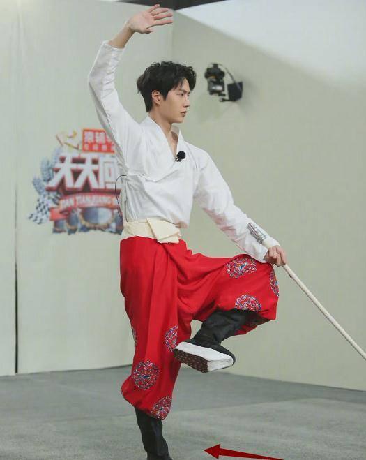 王一博首演京剧,浓妆太飒,谁注意鞋子款式?是对观众最大尊重