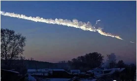 2013年袭击地球的小行星,在空中爆炸解体,是UFO在保护地球吗?