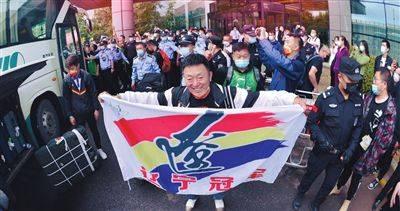辽宁男篮返回沈阳 众多铁杆球迷来机场迎接