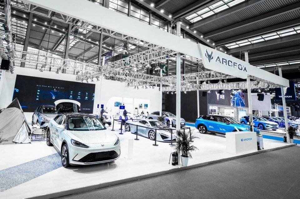 两款重磅车型首次亮相深圳车展,极狐汽车展台成为网红打卡地