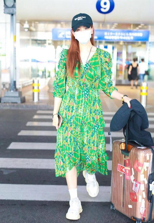 """海陆终于""""逆袭""""成功,身穿绿色碎花连衣裙清新减龄,美得太抢眼"""