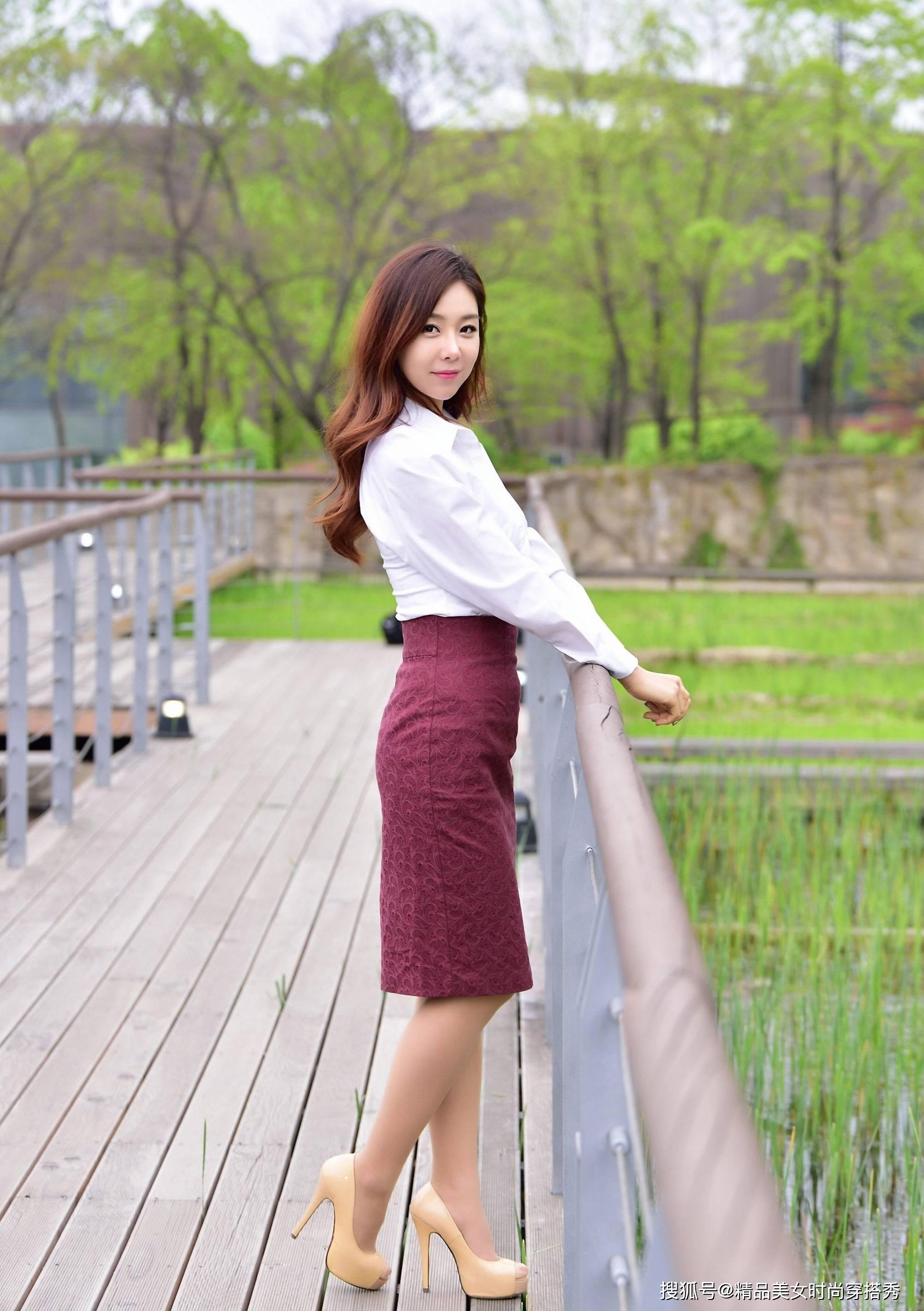 白色衬衫搭配高腰的枣红色半身裙,时尚吸睛,走起路来优雅从容