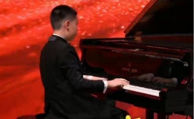 林永健儿子登台演奏钢琴,一身西装优雅亮相,9岁就能拿国际大奖