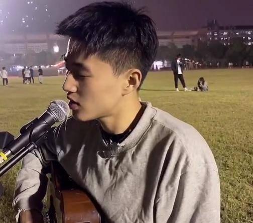 湖南高校男生清唱1988主题曲,嗓音让人心动,网友:头发丝都帅d6n