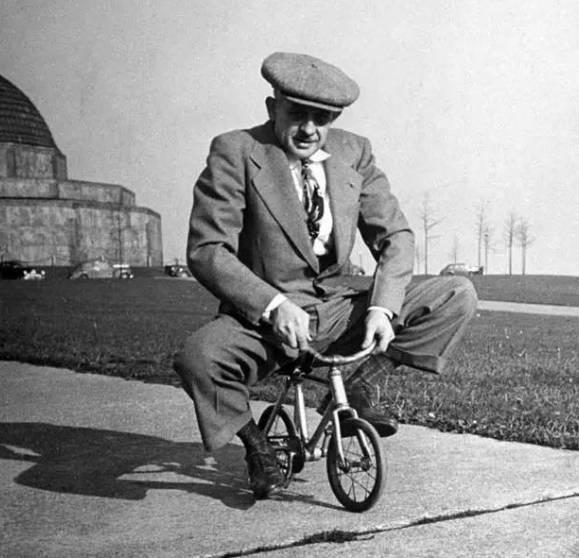 生活中常见的物理现象,至今仍是未解之谜:骑自行车为何不会倒?