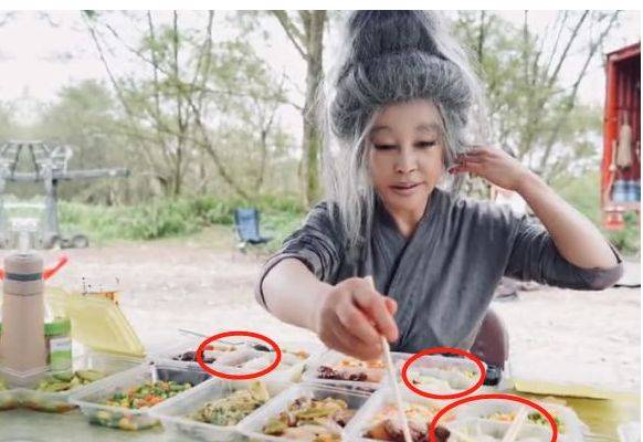 刘晓庆分享片场日常,顶着一头白发野外吃饭,一个人就吃3份盒饭