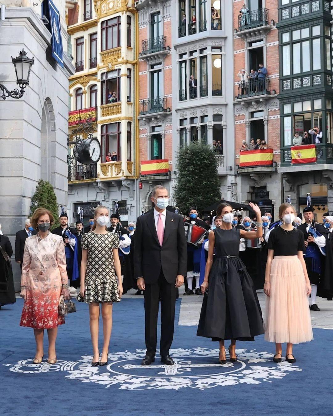 西班牙俩公主再换新造型,初拾女人味,索菲亚首穿长裙身材未蜕变