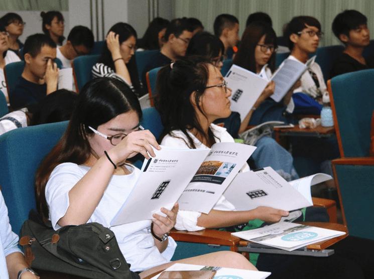 """山东大学校庆引争议,大屏幕出现""""低级错误"""",网友:假的985?"""