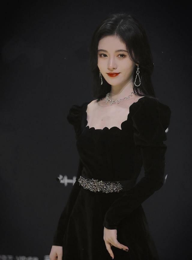 鞠婧祎穿复古丝绒长裙,纯欲撩人展现四千年神仙颜值