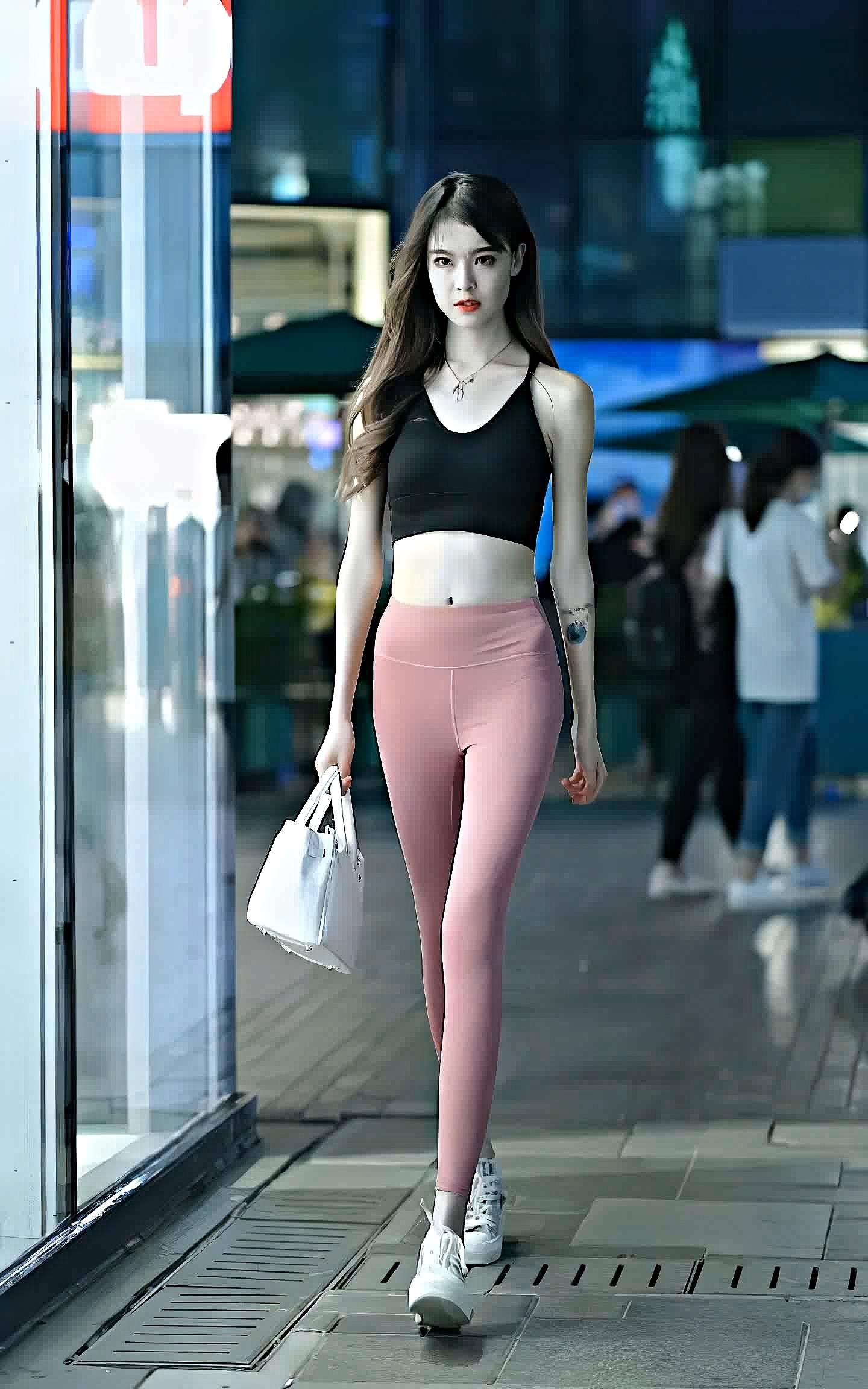 爱健身的女孩子可以试一试,这样子穿搭显优势大长腿不浪费