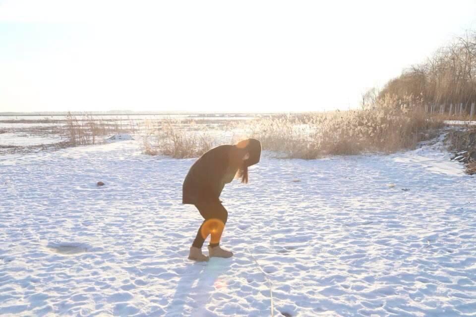 女导演追寻边陲遗落文明,路上摩托翻车,一脚踩进冰窟窿