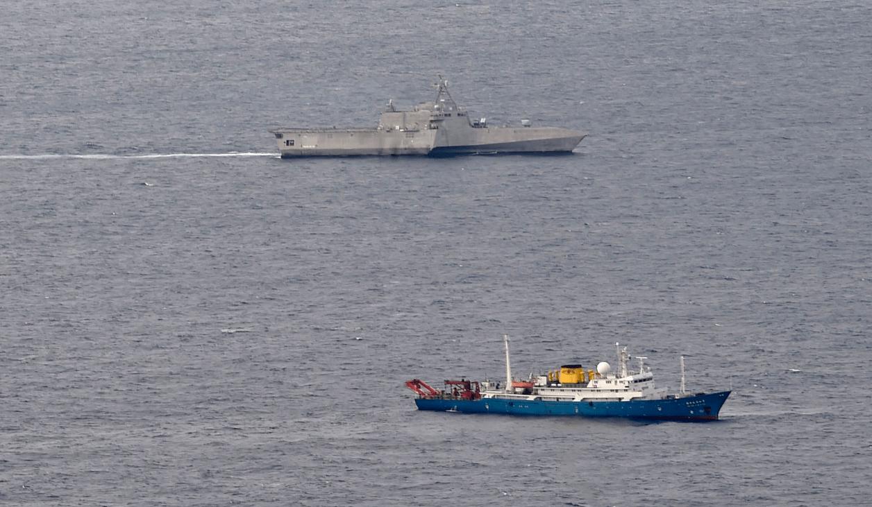 美军濒海战斗舰在南海抵近中国科考船,我军护卫舰在美舰后方现身