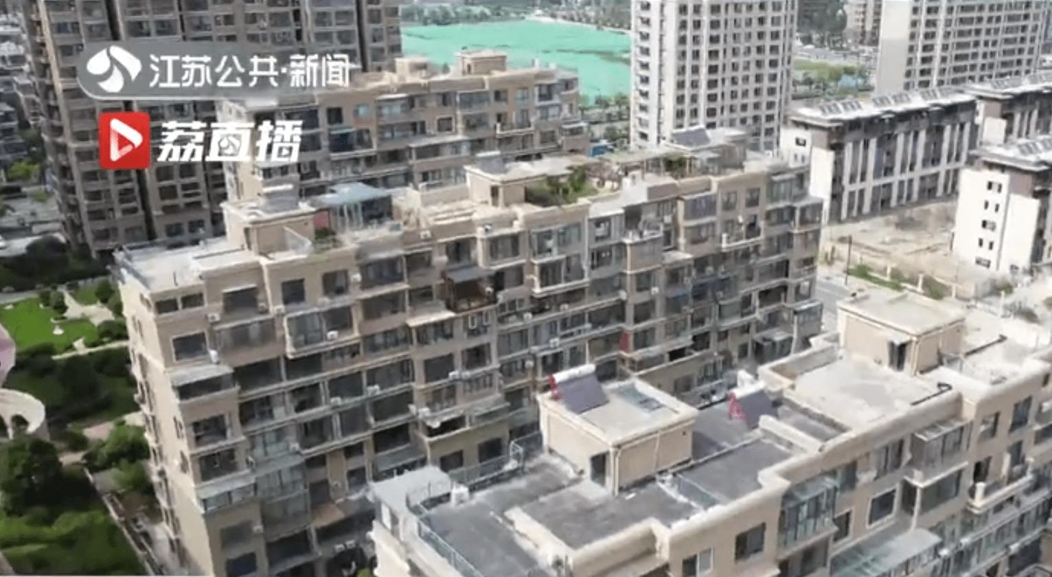 连云港一小区顶楼违建难拆除,一查竟有42户是公职人员