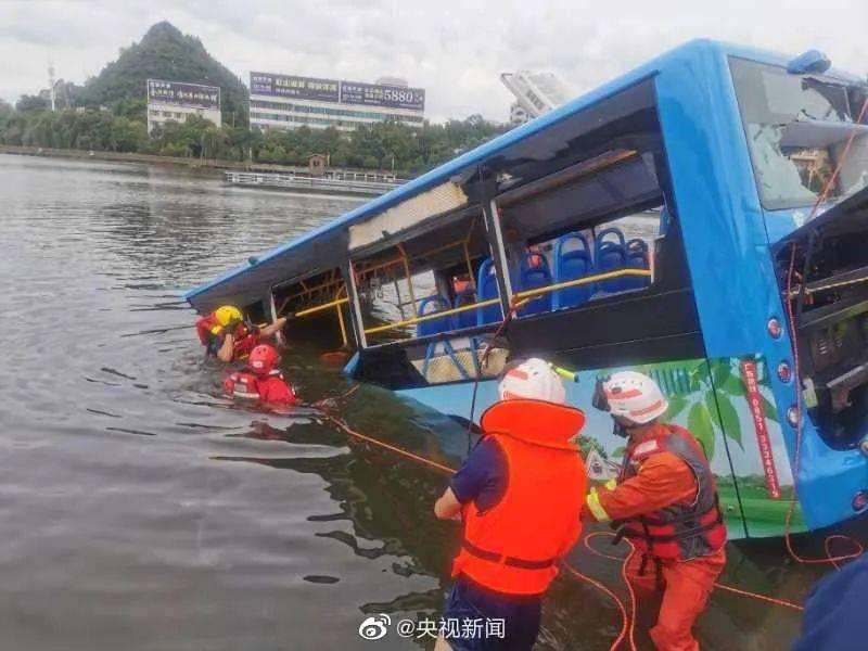 痛心!贵州公交坠湖已致21人死亡