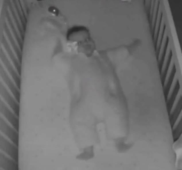 可怕!婴儿夜晚拉毯子盖住脸痛苦挣扎 幸好父母及时赶到