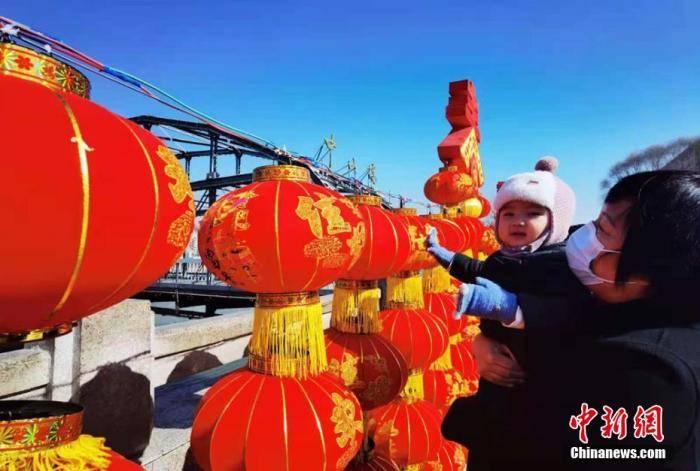 """赢咖4登录:写春联、包饺子、挂灯笼……中国各地""""原年人""""就地过年年味不减_留学生"""
