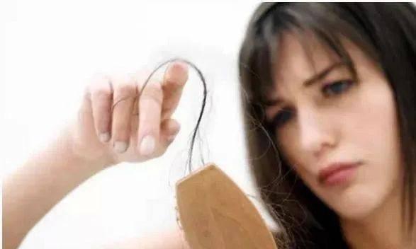 拉菲8代理:年纪轻轻就严重脱发!未老先衰,严重掉发的真正原因是什么?