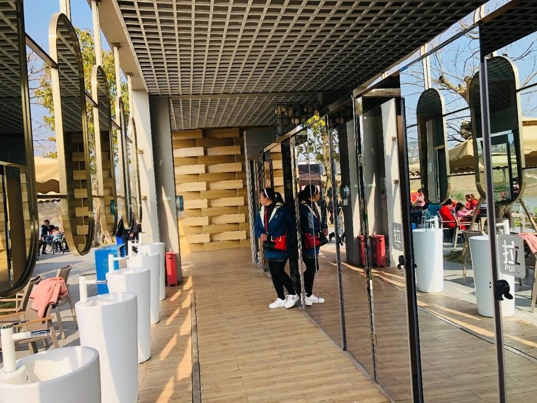 """造价80万元""""单向透明厕所""""引热议 四川犍为一景区回应:游客自主选择,晚上不开放"""