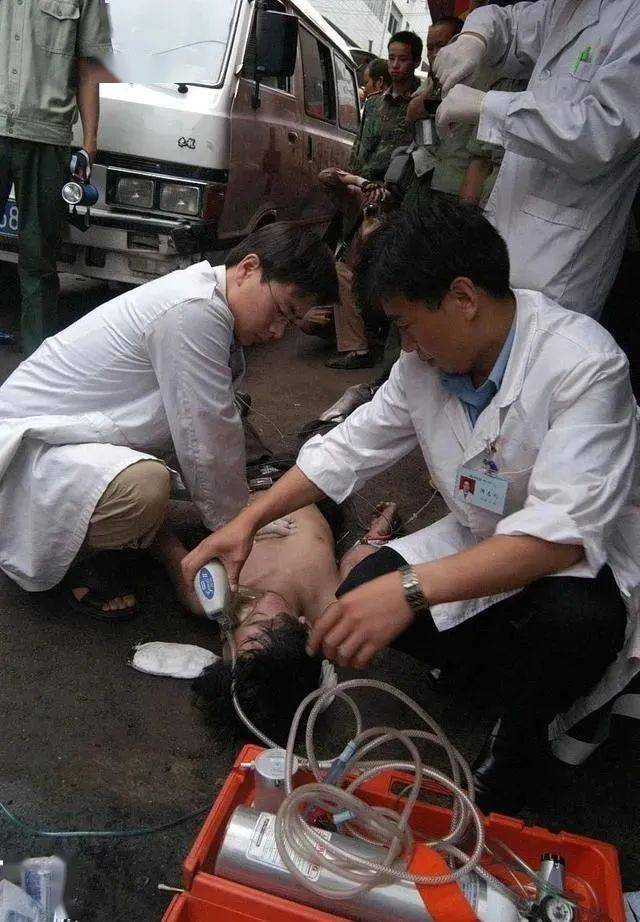 医生抢救患者剪破衣服,该不该赔偿?