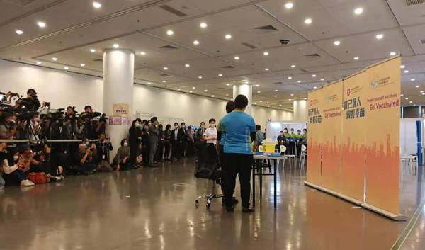 林郑月娥等香港官员带头接种国产新冠疫苗