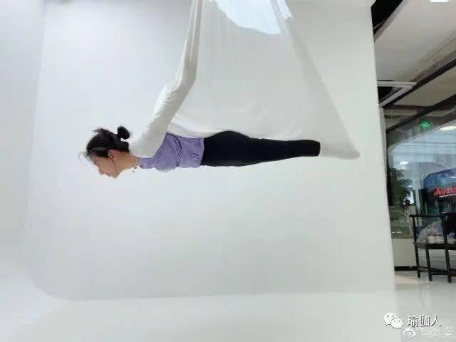 43岁黄奕练空中瑜伽,与女儿倒立吻,体态轻盈柔韧度惊人似侠女