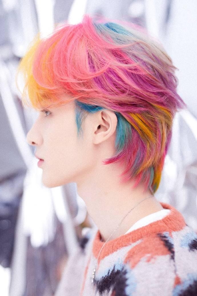 朱正廷拼色发型 引领时尚潮流!