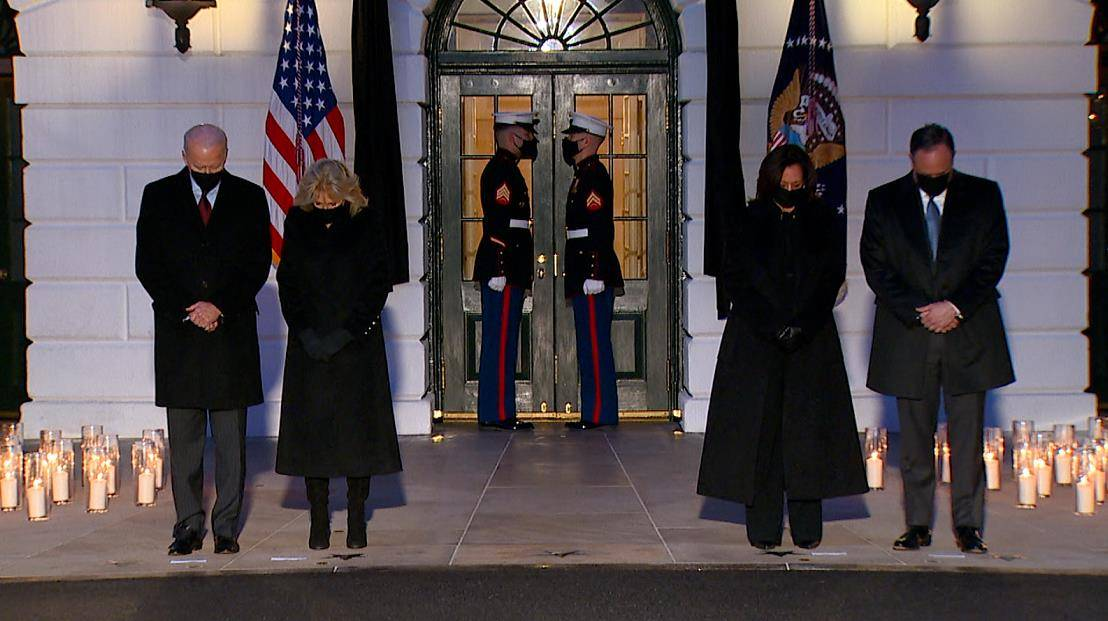 白宫为悼念美国50万新冠逝者举行默哀仪式