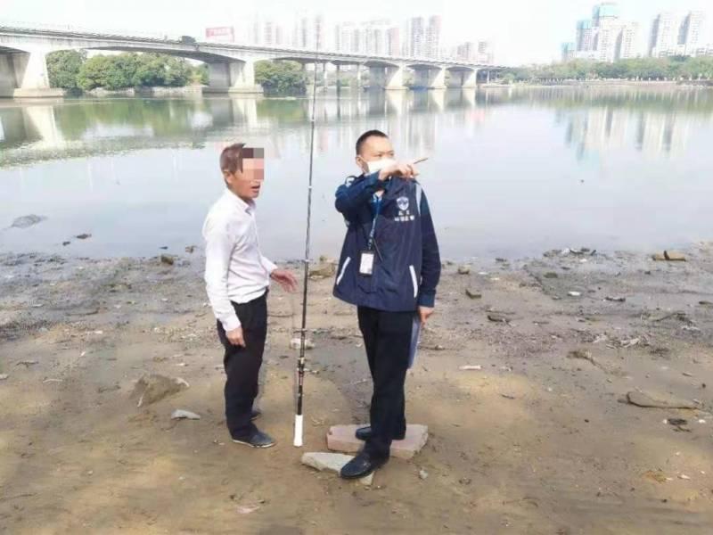 东莞东城10名群众在一级水源保护区垂钓,收到违法告知书