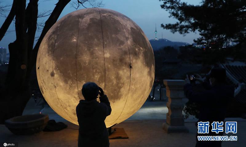 迎接元宵节 韩国昌庆宫放置巨型月亮
