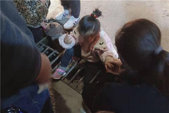 5岁女孩跟着父母走夜路 一脚卡进井盖缝隙无法脱身
