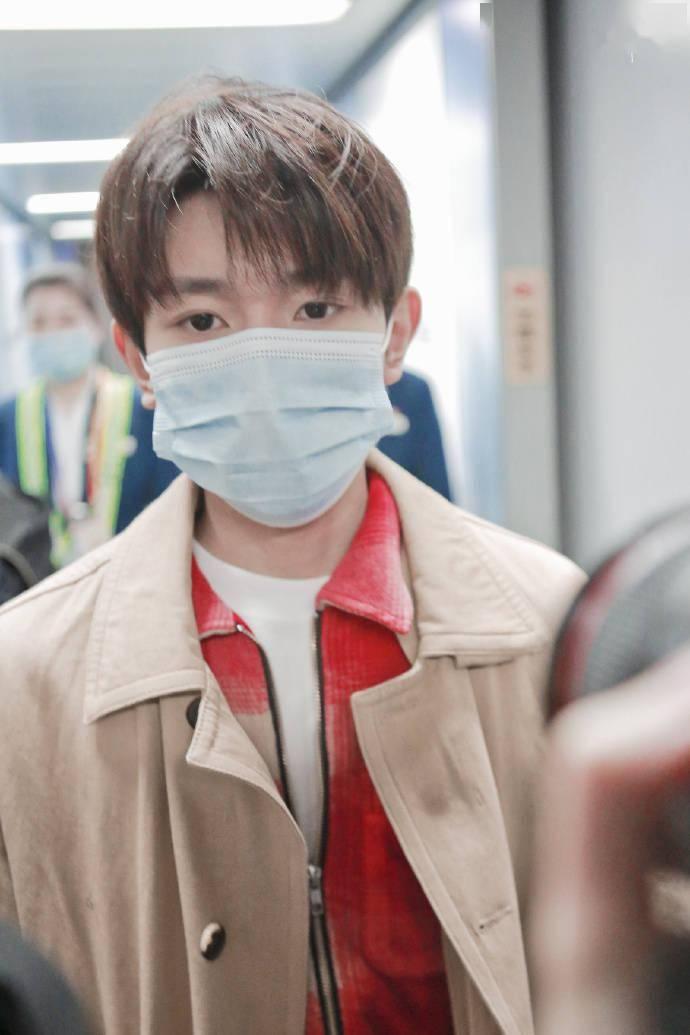 王源上海机场出发 顺毛的风衣小源男友味十足