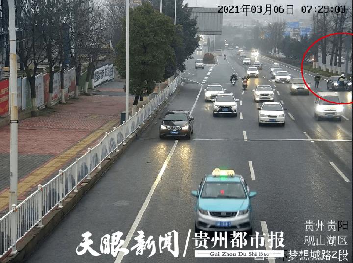 贵阳西二环,快车道上停了辆轿车,驾驶员不省人事……